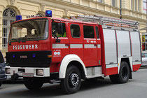 RLF (Rüstlöschfahrzeug) 2000/200 Marke IVECO (Industrial Vehicles Corporation), Turin der Freiw(illigen). Feuerwehr Hötting, abgestellt in der Fallmerayerstraße, Innsbruck-Innere Stadt. Digitalphoto; © Johann G. Mairhofer 2011.  Inv.-Nr. 1DSC01492