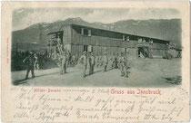 Militärbaracke wohl im Osten von Innsbruck. Lichtdruck 9 x 14 cm; Impressum: Otto Schuricht, Hall i.T.; postalisch gelaufen 1901.  Inv.-Nr. vu914ld00205