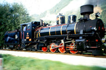 Dampftriebfahrzeug mit Schlepptender Lok 4 der Zillertalbahn AG auf der Fahrt nach Mayrhofen, vom fahrenden PKW aus aufgenommen. Farbdiapositiv 24 x 36 mm; © Johann G. Mairhofer um 1995. Inv.-Nr. dc135kn0239.01_33