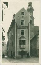 Bozner Weinstube (Inhaber Toni Pfeifer) im Haus Wallpachgasse 3 in der Altstadt von Hall in Tirol. Gelatinesilberabzug 9 x 14 cm; Impressum A(lfred). Stockhammer, Hall in Tirol um 1925. Inv.-Nr. vu914gs00877