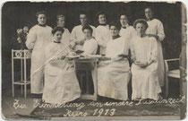 Pharmaziestudentinnen an der Universität Innsbruck. Gelatinesilberabzug 9 x 14 cm; Impressum: Anni Zeibig, Maria-Theresien-Str. 27, Innsbruck 1913.  Inv.-Nr. vu914gs00828