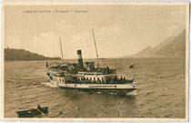 """Piroscafo (dt. Dampfer) """"Depretis"""" in voller Fahrt am oberen Gardasee. Lichtdruck 9 x 14 cm; Impressum unleserlich, postalisch befördert 1918.  Inv.-Nr. vu914ld00095"""