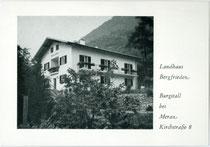 """Landhaus """"Bergfrieden"""" in Burgstall im Burggrafenamt, Südtirol. Autotypie 10 x 15 cm ohne Impressum (wohl im Selbstverlag des Hausbesitzers herausgegeben worden) um 1960.  Inv.-Nr. vu105at00015"""