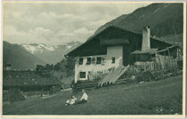Bauernhof in Gossensass, Gemeinde Brenner. Rastertiefdruck 9 x 14 cm; Impressum: Joh(ann). F(ilibert). Amonn, Bozen 1908.  Inv.-Nr. vu914rtd00035