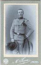 """Jäger vom III. Bataillon Jäger Regiment """"Kaiserjäger"""" Nr. 2 in Untermais bei Meran. Gelatinesilberabzug auf Untersatzkarton 10,6 x 6,8 cm (Visit-Format) ohne Reversdruck; Impressum: M . Senn, Meran um 1910.  Inv.-Nr. vuVIS-00026"""