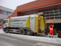 Müllsammelwagen beim Einkaufszentrum M4 in Wörgl, Bezirk Kufstein, Tirol. Digitalphoto; (c) Johann G. Mairhofer 2010. Inv.-Nr. DSC00572