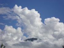 Von Wolkentürmen umsäumter Patscherkofel von der Reichenau, Stadt Innsbruck aus. Digitalphoto, © Johann G. Mairhofer 2012.  Inv.-Nr. DSC03761
