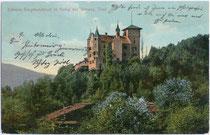 Ehemaliges Jagdschloss von Sigmund (ab 1477) Erzherzog von Tirol in Vomp bei Schwaz, Tirol von Osten. Farblichtdruck 9 x 14 cm; Verlag G(eor)g. Angerer, Schwaz; postalisch befördert wohl um 1910.  Inv.-Nr.  vu914fld00039