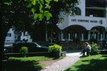 Café Konditorei BACHER am Park in Mitterolang. Farbdiapositiv 24x36mm; © Johann G. Mairhofer 1998.  Inv-Nr. dc135kn0239.02_34