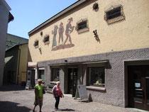 Ehemalige Haller Filmbühne (heute Tourismusbüro der Stadt Hall und Tourismusregion Hall-Wattens) in der Wallpachgasse 5 in Hall i.T.  Digitalphoto; © Johann G. Mairhofer 2013.  Inv.-Nr. 1DSC07266