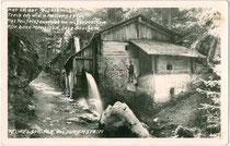 """Nach einer Sage benannte """"Teufelsmühle"""" (oberschlächtige Vertikalrad-Wassermühle mit Mühlradkasten) in Rinn am Zimmertalbach, Bezirk Innsbruck-Land, Tirol. Gelatinesilberabzug 9 x 14 cm  ohne Impressum, um 1930. Inv.-Nr. vu914gs00672"""