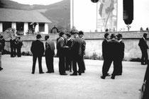Bei der Pfarrkirche zum Hl. Georg in Eben, Gemeinde Brandenberg, Bezirk Kufstein, Tirol. Gelatinesilbernegativ 24 x 36 mm; © Johann G. Mairhofer 1973.  Inv.-Nr. ns135nn.1_00-0