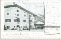 """""""Ascher's Gasthaus"""" in Brandenberg vis à vis der Pfarrkirche zum Hl. Georg noch vor dem Brand.  Autotypie 9 x 14 cm ohne Impressum, postalisch gelaufen 1905.  Inv.-Nr. vu914at00004"""