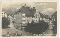 """Ansitz SPRENGENSTEIN (heute: Schlosshotel Post """"Edelfreisitz Sprengenstein"""") in Imst. Gelatinesilberabzug 9 x 14 cm; Impressum: Wilhelm Stempfle, Innsbruck; postalisch gelaufen 1926.  Inv.-Nr. vu914gs00196"""