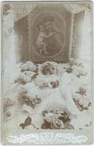 Aufbahrung eines offensichtlich nach schwerer Krankheit verstorbenen Kleinkindes. Albuminabzug 16,6 x 10,6 cm (Cabinet-Format) ohne Urheber, Datums- und Ortsvermerk um 1890.  Inv.-Nr. vuCAB-00248