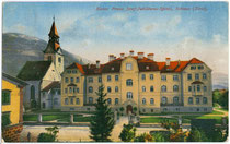 Kaiser Franz Joseph-Jubiläumsspital (heute mit Erweiterungsbauten Bezirkskrankenhaus) und Spitalkirche in Schwaz. Photochromdruck 9 x 14 cm; Impressum: G(eorg). Angerer, Schwaz, postalisch befördert 1920.  Inv.-Nr. vu914pcd00082