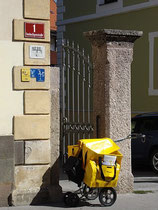 Einachsiger Handwagen mit Stützrädern für Briefzusteller der Österreichischen Post AG im Einsatz in Innsbruck, Innere Stadt, Dreiheiligenstraße 1. Digitalphoto; © Johann G. Mairhofer 2012.  Inv.-Nr. 1DSC04788