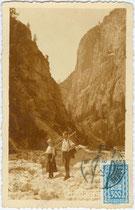 Bergsteiger im Tschamintal, Gemeinde Tiers am Rosengarten, Südtirol. Gelatinesilberabzug 9 x 14 cm ohne Impressum (wohl Amateuraufnahme), postalisch gelaufen 1923.  Inv.-Nr. vu914gs01036
