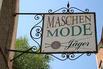Schmiedeeisernes Ladenschild der Firma Maschenmode Jäger in der Altstadt von Hall in Tirol, Rosengasse 4. Digitalphoto; © Johann G. Mairhofer 2013.  Inv.-Nr.  1DSC07290