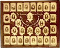Tableau mit Einzelportraits von Lehrern und Schülern wohl eines Abschlussjahrgangs der Innsbrucker Lehrerbildungsanstalt (Pädagogium) in der Fallmerayerstraße 7. Albuminabzug 19,3 x 24,2 cm. Impressum: Anton Gratl, Innsbruck 1877