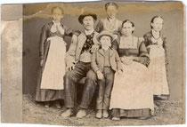 Bauernfamilie aus Kirchberg in Tirol oder Umgebung, Bezirk Kitzbühel. Albuminabzug ca 11 x 16,5 cm. Stampiglie von Michael Lackner, Kirchberg in Tirol um 1880.  Inv.-Nr. vuCAB-00117