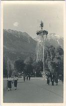 """Kurz nach dem """"Anschluss"""" an das III. Reich aufgestellter Maibaum am Rennweg in Innsbruck. Gelatinesilberabzug 9 x 14 cm; ohne Impressum, postalisch gelaufen 1938.  Inv-Nr. vu914gs00207"""