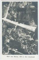 Luftaufnahme aus einem Ballon vom ehemals von der Welsergasse durchschnittenen Villenareals des heutigen Landhausplatzes (Obere Bildkante ist Süden) um 1910. Gelatinesilberabzug 9 x 14 cm, Leo Stainer, Innsbruck.  Inv.-Nr. vu914gs00038