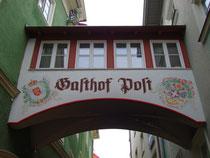 """Bautenverbindungs-Brücke in Kufstein, Tirol zwischen zwei Baulichkeiten vom Gasthof """"Post"""", Römerhofgasse 4. Digitalphoto; © Johann G. Mairhofer 2013.  Inv.-Nr. 1DSC05908"""