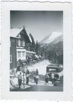 """Autobus der Österreichischen Post beim Waldhäusl in St. Anton am Arlberg; bez.: """"Waldhäusel St. Anton 1934"""".  Gelatinesilberabzug 4,5x6 cm, Privatphoto, um 1925. Inv.-Nr. vu456gs00002"""