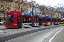 """Niederflur-Triebwagen Flexity Outlook (""""Cityrunner"""") Nr. 306 von Bombardier Transportation Austria GmbH, Wien mit Werbefolierung der Bergbahnen Axamer Lizum am Innrain in Innsbruck. Digitalphoto; © Johann G. Mairhofer 2014.  Inv.-Nr. 2DSC02085"""