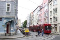 Bombardier Flexity Outlook C der IVB Linie 3 in der Defreggerstraße unterwegs von Bildbetrachter weg in Richtung Innsbruck- Innere Stadt. Digitalphoto; © Johann G. Mairhofer 2013.  Inv.-Nr. 1DSC06947