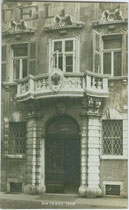 Portal vom Palazzo Thun-Menghin in Trento (Trient), via Giannantonio Manci 8; ex Hotel Carloni, österr. Artilleriekommando, heute Municipio. Gelatinesilberabzug 9 x 14 cm; Impressum: A(lfred). Stockhammer, Hall in Tirol 1912.  Inv.-Nr. vu914gs01113