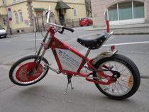Customized Bicycle auf Basis eines Modells des US-amerikanischen Herstellers Schwinn als Werbeträger, abgestellt in Innsbruck-Wilten, Leopoldstraße. Digitalphoto; © Johann G. Mairhofer 2013.  Inv.-Nr. 1DSC06301