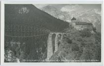 Trisannabrücke der Arlbergbahn, seitlich auf 3 bzw. 4 Steinbögen aufgelagerte Stahlbogenbrücke mit Fischbauchträger in Tobadill, Bzk. Landeck, Tirol. Gelatinesilberabzug 9 x 14 cm; Impressum: Wilhelm Stempfle, Innsbruck um 1925.  Inv.-Nr. vu914gs00338