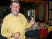 Willi präsentiert den 'Üben'-Becher