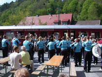 Der Spielmannszug Neuwerk tritt am 23.05 2010 am Bahnsteig in Rübeland auf