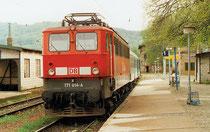 E-Lok 171 014 mit einem Personenwagen abfahrbereit in Blankenburg 1999. Aufnahme: Hartmut Weidemann, Berlin)