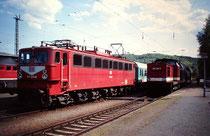 Personenzüge nach Elbingerode mit 171 011 und Halberstadt mit 202 220 im Bahnhof Blankenburg 1993
