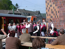 Die Harzer Heimatgruppe Elbingerode bringt dem Sonderzug am 22.05.2010 in Rübeland ein Ständchen