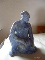 Blue woman I akt knieend ton glasiert