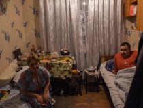 Tatyana mit ihrem behinderten Sohn in 7 Quadratmetern