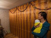 Nina mit ihrem anderthalb Monate altem Kind legt Wert auf einen schönen Raum für ihre vierköpfige Familie