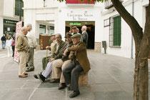 Ältere Herren betrachten das Treiben in Antequera