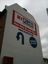 Fassade mit Werbung in Berlin
