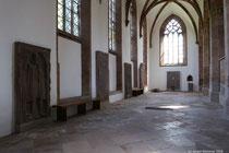 Blick auf die Gedenksteine an der Nordwestseite der Kirche