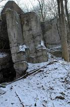 Ruinenreste ehemaliger Rüstungsstätten.