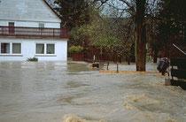 Rauschende Wassermassen schliessen die Bewohner ein....