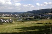Blick vom Schützenhaus auf dem Kappenberg hinüber nach Eschershausen. Rechts der Stadtberg.