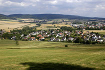 Blick vom Schützenhaus auf dem Kappenberg hinüber nach Eschershausen. Im Hintergrund der Hils.