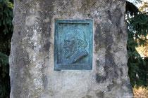 Relief des Dichters Wilhelm Raabe auf dem Gedenkstein zu seinen Ehren unterhalb der Blossen Zelle.